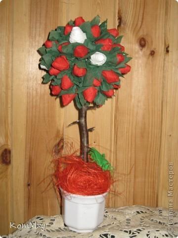 В эти выходные доделала второе дерево с красными и белыми розочками. Уже хочется третье, жёлтенькое. Вот и салфетки уже прикупила... фото 4
