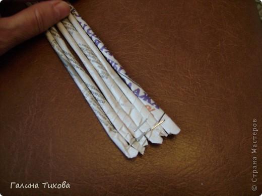 Для создания панно мне потребовались газеты, туалетная бумага, клей ПВА, картон, степлер, клеевой термопистолет, арозольная эмаль в болончиках чёрного и золотистого цветов. Для изготовления цветов я использовала ватные косметические диски, провод жёсткий трёхжильный, краска для ткани «Батик», нитки. Подробно мастер-класс смотри здесь: http://masterica.maxiwebsite.ru/archives/4500#more-4500 фото 2