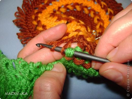 Это еще одна идея Голубки.  Ирина попросила меня объяснить как связать такой берет (т.е. сделать МК) и любезно предоставила это фото. Этот берет вязала Jenixen (осинка) еще в 2007 году  Вот такой симпатичный летний беретик, связан, похоже, из льняных ниток.  Диаметр этого берета около 26 см  По моим расчетам вилка 4 см (40 мм). Могу заметить, что такой размер даже не на всех универсальных вилках встречается.  Можно вязать на вилке 50 мм,  тогда количество лент будет на одну меньше, или беретик побольше - это как Вам понравится. фото 16