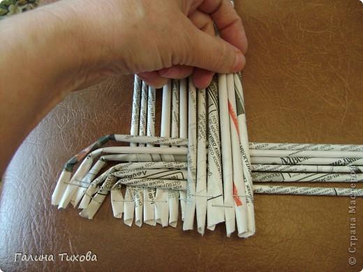 Для создания панно мне потребовались газеты, туалетная бумага, клей ПВА, картон, степлер, клеевой термопистолет, арозольная эмаль в болончиках чёрного и золотистого цветов. Для изготовления цветов я использовала ватные косметические диски, провод жёсткий трёхжильный, краска для ткани «Батик», нитки. Подробно мастер-класс смотри здесь: http://masterica.maxiwebsite.ru/archives/4500#more-4500 фото 7