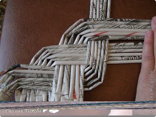 Для создания панно мне потребовались газеты, туалетная бумага, клей ПВА, картон, степлер, клеевой термопистолет, арозольная эмаль в болончиках чёрного и золотистого цветов. Для изготовления цветов я использовала ватные косметические диски, провод жёсткий трёхжильный, краска для ткани «Батик», нитки. Подробно мастер-класс смотри здесь: http://masterica.maxiwebsite.ru/archives/4500#more-4500 фото 8