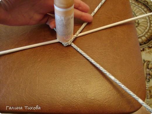 Для создания панно мне потребовались газеты, туалетная бумага, клей ПВА, картон, степлер, клеевой термопистолет, арозольная эмаль в болончиках чёрного и золотистого цветов. Для изготовления цветов я использовала ватные косметические диски, провод жёсткий трёхжильный, краска для ткани «Батик», нитки. Подробно мастер-класс смотри здесь: http://masterica.maxiwebsite.ru/archives/4500#more-4500 фото 14