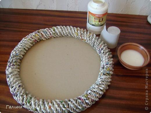 Для создания панно мне потребовались газеты, туалетная бумага, клей ПВА, картон, степлер, клеевой термопистолет, арозольная эмаль в болончиках чёрного и золотистого цветов. Для изготовления цветов я использовала ватные косметические диски, провод жёсткий трёхжильный, краска для ткани «Батик», нитки. Подробно мастер-класс смотри здесь: http://masterica.maxiwebsite.ru/archives/4500#more-4500 фото 18