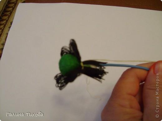 Для создания панно мне потребовались газеты, туалетная бумага, клей ПВА, картон, степлер, клеевой термопистолет, арозольная эмаль в болончиках чёрного и золотистого цветов. Для изготовления цветов я использовала ватные косметические диски, провод жёсткий трёхжильный, краска для ткани «Батик», нитки. Подробно мастер-класс смотри здесь: http://masterica.maxiwebsite.ru/archives/4500#more-4500 фото 23