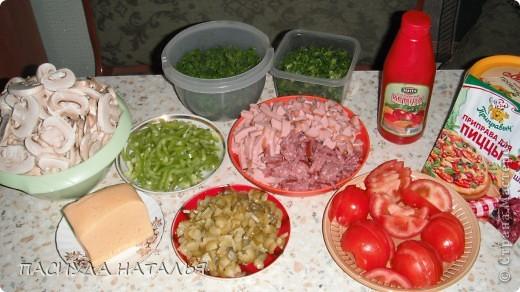 нам понадобится, грибы шампиньоны, огурец соленый, болгарский перец, сыр кароль артур покупаю, помидор свежий, колбаса у меня 3 вида капченая сосиски и чайная, можно с одним сделать, кетчуп майонез, специи для пиццы, базилик