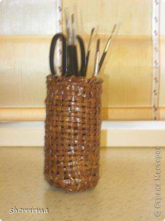 Вазочка ( случайно отбили верх у стеклянной вазы, оплела её трубочками ) фото 2