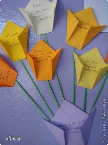 Парламент нашей школы организовал акцию MĒS SAKĀM PALDIES (Мы говорим спасибо). На колонне в вестибюле каждый может прикрепить свое СПАСИБО. Вот мой цветок со словами благодарности.  фото 2