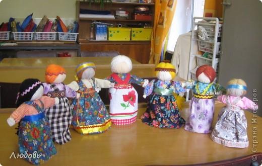 На днях с девочками сделали вот таких кукол.  И наши куколки, как девушки-красавицы сразу стали водить хороводы... фото 1