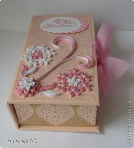 """Сама я делать коробочки пока не умею, но очень уж хотелось сделать племяннице ко дню рождения необычный подарок. Поэтому заготовку коробочки я заказала своей знакомой мастерице-""""скрапбукерше"""". Она делает чудесные коробочки, открытки и альбомы. И уже готовую коробочку украсила квиллинговыми цветочками. фото 1"""
