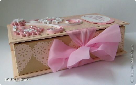 """Сама я делать коробочки пока не умею, но очень уж хотелось сделать племяннице ко дню рождения необычный подарок. Поэтому заготовку коробочки я заказала своей знакомой мастерице-""""скрапбукерше"""". Она делает чудесные коробочки, открытки и альбомы. И уже готовую коробочку украсила квиллинговыми цветочками. фото 3"""
