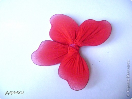 Каркас бабочки делаем из проволоки. Обтягиваем капроном. Капрон может быть или телесный или цветной. Для надёжности скрепляем ниткой.(Лучше перестраховаться) фото 2