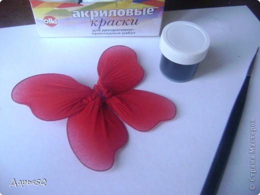 Каркас бабочки делаем из проволоки. Обтягиваем капроном. Капрон может быть или телесный или цветной. Для надёжности скрепляем ниткой.(Лучше перестраховаться) фото 3