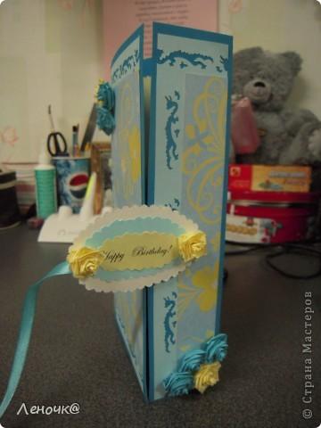 Открыточка для одногруппницы на День Рождения! вчера научилась крутить розочки по МК Elena.ost, за что ей огроменное спасибо!!!вот и решила их применить на синей как море открытке. так она выглядит в закрытом состоянии. фото 2