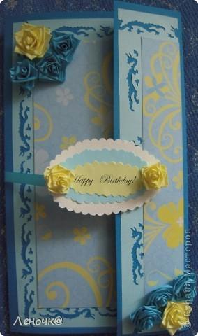 Открыточка для одногруппницы на День Рождения! вчера научилась крутить розочки по МК Elena.ost, за что ей огроменное спасибо!!!вот и решила их применить на синей как море открытке. так она выглядит в закрытом состоянии. фото 1