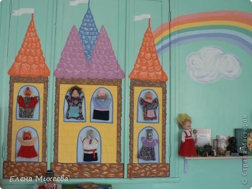 Хочу представить вашему вниманию группу детского сада, в которой я работаю воспитателем. Многое сделано своими руками. Хотелось внести необычные элементы в интерьер группы. Надеюсь, что мне это удалось. Вот некоторые из них.Так решила разместить кукол для театра... фото 1
