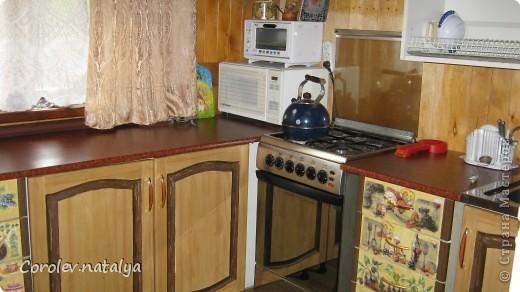 Старая кухонная мебель на даче пришла в негодность,на новую денег не было,решили из старой сделать новую.Спроектировали новую кухню разместив её по другому. Все хорошие детали, оставшиеся от старой кухни ,пустили в дело.Из нового купили рейлеры, общую столешницу(в старой её не было вовсе,ножки и фасады на дверцы(старые не подходили по размеру).В общей сложности кухня обошлась нам в 5 тысяч рублей! фото 1