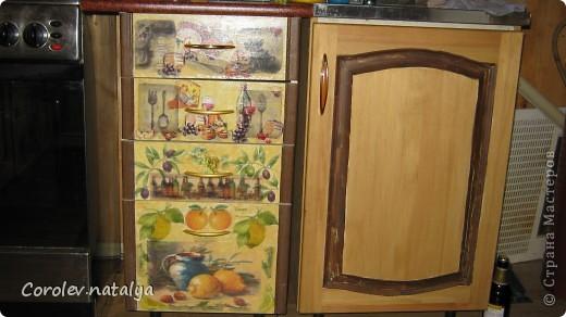 Старая кухонная мебель на даче пришла в негодность,на новую денег не было,решили из старой сделать новую.Спроектировали новую кухню разместив её по другому. Все хорошие детали, оставшиеся от старой кухни ,пустили в дело.Из нового купили рейлеры, общую столешницу(в старой её не было вовсе,ножки и фасады на дверцы(старые не подходили по размеру).В общей сложности кухня обошлась нам в 5 тысяч рублей! фото 5