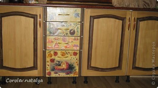 Старая кухонная мебель на даче пришла в негодность,на новую денег не было,решили из старой сделать новую.Спроектировали новую кухню разместив её по другому. Все хорошие детали, оставшиеся от старой кухни ,пустили в дело.Из нового купили рейлеры, общую столешницу(в старой её не было вовсе,ножки и фасады на дверцы(старые не подходили по размеру).В общей сложности кухня обошлась нам в 5 тысяч рублей! фото 6