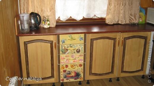 Старая кухонная мебель на даче пришла в негодность,на новую денег не было,решили из старой сделать новую.Спроектировали новую кухню разместив её по другому. Все хорошие детали, оставшиеся от старой кухни ,пустили в дело.Из нового купили рейлеры, общую столешницу(в старой её не было вовсе,ножки и фасады на дверцы(старые не подходили по размеру).В общей сложности кухня обошлась нам в 5 тысяч рублей! фото 7