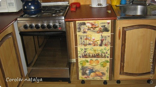 Старая кухонная мебель на даче пришла в негодность,на новую денег не было,решили из старой сделать новую.Спроектировали новую кухню разместив её по другому. Все хорошие детали, оставшиеся от старой кухни ,пустили в дело.Из нового купили рейлеры, общую столешницу(в старой её не было вовсе,ножки и фасады на дверцы(старые не подходили по размеру).В общей сложности кухня обошлась нам в 5 тысяч рублей! фото 8