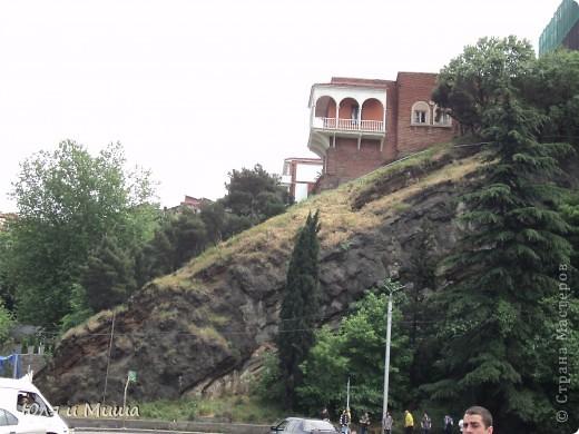 Эти фрески размещены на стене, обрамляющий резиденцию грузинского Патриарха.  фото 15