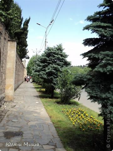 Эти фрески размещены на стене, обрамляющий резиденцию грузинского Патриарха.  фото 6