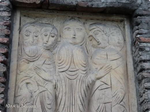 Эти фрески размещены на стене, обрамляющий резиденцию грузинского Патриарха.  фото 1