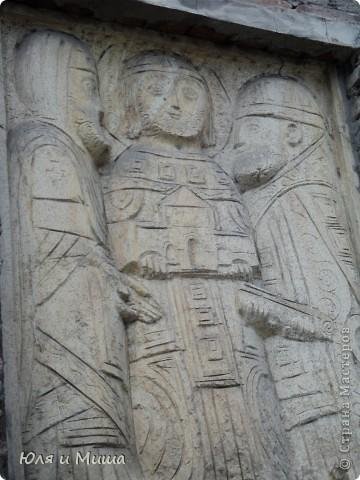Эти фрески размещены на стене, обрамляющий резиденцию грузинского Патриарха.  фото 2