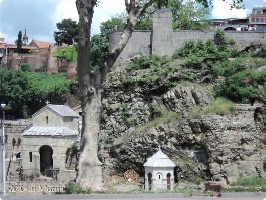Эти фрески размещены на стене, обрамляющий резиденцию грузинского Патриарха.  фото 13