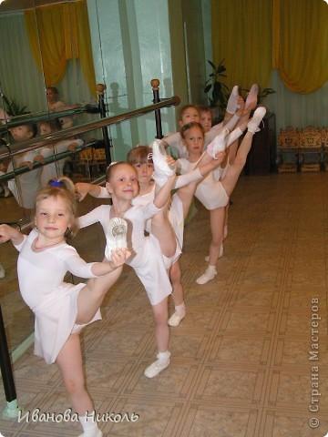 """Хочу рассказать немного о своём любимом занятии. В танцевальный коллектив """"Непоседы"""" я попала, когда мне было 4 года 10 месяцев.  Уже через полгода я впервые вышла на сцену. Сейчас мне уже идёт восьмой год. Танцы - это моя жизнь. Очень мечтаю когда-нибудь выйти на профессиональную сцену. Я представляю вашему вниманию несколько снимков моего увлечения. На первом кадре я слева вторая. фото 1"""