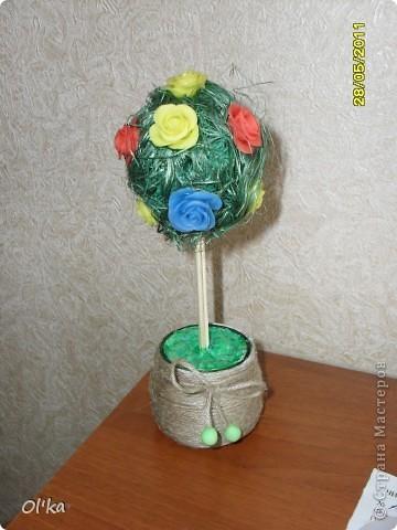 После сборки большого Дерева счастья из холодного фарфора осталось немного цветочков. А тут - День рождения у подруги. И, так сказать, экспромтом у меня получилось вот такое Деревце.