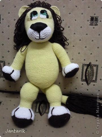 Увидела я у Елены Беловой куклу львёнка и так он мне понравился,что захотелось его связать.Но МК по его изготовлению мне найти не удалось... И тогда я решила всё равно его сделать,так что этот львёнок сделан по фото Елены Беловой,,которая его изготовила по МК AYUVL с сайта Сатилина.Не совсем такой получился,но по-моему хорошенький... фото 1