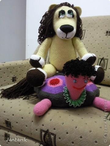 Увидела я у Елены Беловой куклу львёнка и так он мне понравился,что захотелось его связать.Но МК по его изготовлению мне найти не удалось... И тогда я решила всё равно его сделать,так что этот львёнок сделан по фото Елены Беловой,,которая его изготовила по МК AYUVL с сайта Сатилина.Не совсем такой получился,но по-моему хорошенький... фото 8