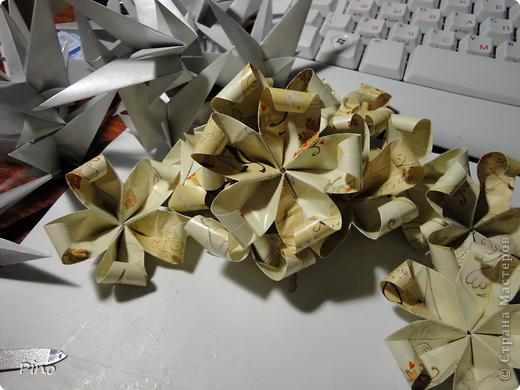 Надо было сделать 24 кусудамы. Были выбраны цвета - белый-бежевый-золотой и модели - Двойная Динара ( http://stranamasterov.ru/node/16611 ), Фруктово-ягодный щербет ( http://stranamasterov.ru/node/50754 ) и Классическая ( http://stranamasterov.ru/node/164523 ) фото 8