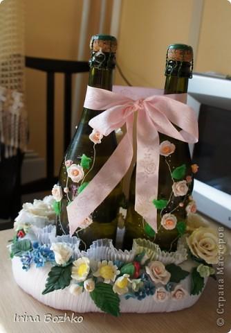 Вот такая свадебная корзинка-подставка получилась из холодного фарфора и ткани. А бутылки декорировались пластиком. фото 2