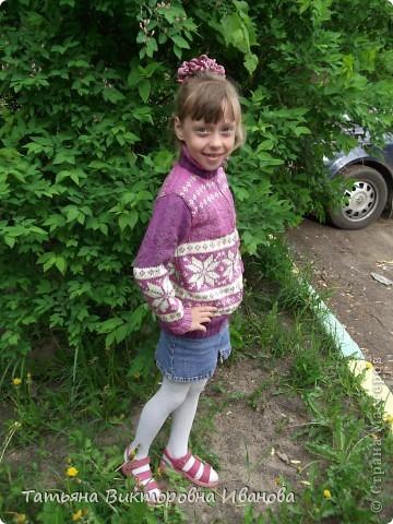 Эту кофточку для дочки я начала вязать года 2 назад. Потом отложила на время и забыла. Николь за это время подросла (хорошо не в ширину), пришлось надвязывать нитками другого цвета. В итоге получилась такая красота! Не так ли? фото 6