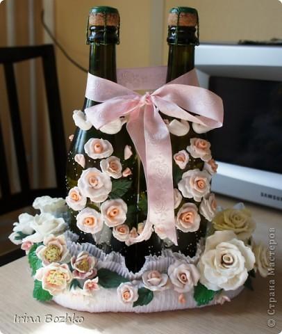 Вот такая свадебная корзинка-подставка получилась из холодного фарфора и ткани. А бутылки декорировались пластиком. фото 1