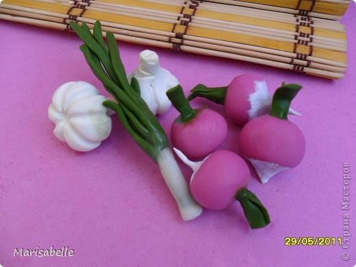 Приветствую! Мои девочки любят играть в кухню и готовку еды. Я решила постепенно пополнять, отвлекаясь от цветочков, их коллекцию пластмассовых продуктов фарфоровыми. Им очень понравились новые продукты - от старшей даже поступили заказы на нужные ей продукты. фото 4