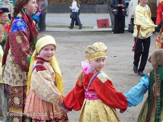 Я живу в старинном селе Усть-Цильма, которое расположено на берегу реки Печора.Наше село славится своими традициями. Каждый год 1 июня проходит детская Горка. Я расту вместе с этим праздником. И я хочу , чтобы как можно больше людей узнали о нашем празднике и полюбили его так , как люблю его я! Это фотография 2003 года. Мне нет ещё и года. Первый выход в свет! фото 11