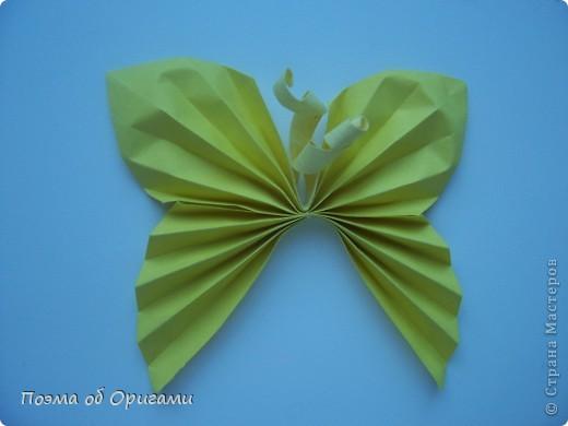 Подвеска состоит из семи видов бабочек. Каждая из них складывается очень просто, а потому, эта композиция отлично подходит для занятий с детьми. К тому же, хоровод из пестрых красавец украсит любой дом, и станет приятным напоминанием о теплом  лете. Подвеска из фигурок крепится на пластмассовый браслет с помощью лески.  фото 9