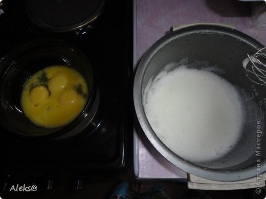 Решилась таки на создание очередного шедевра :) Для меня это именно так, потому что пекарь я начинающий. Спасибо  laskovoe_solnyshko за рецептик. И так начнем! Тесто: 6 яиц, 2 стакана сахара, 1/3 ч.л.соды, сок лимона, 4-5 ст. л.какао, 2 стакана муки. Крем : взбитая с сахаром сметана. Для прослойки: у меня ПЕРСИКИ. Можете взять то что вы любите - ананасы, вишню, орехи и т.д. Но говорят с персиками получается сочнее. И шоколадку не забудьте, для украшения :) фото 2