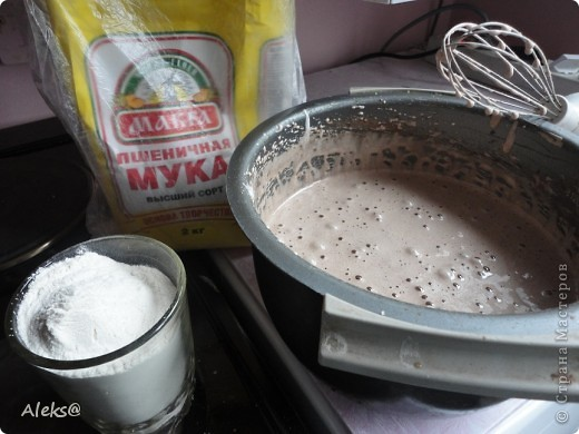 Решилась таки на создание очередного шедевра :) Для меня это именно так, потому что пекарь я начинающий. Спасибо  laskovoe_solnyshko за рецептик. И так начнем! Тесто: 6 яиц, 2 стакана сахара, 1/3 ч.л.соды, сок лимона, 4-5 ст. л.какао, 2 стакана муки. Крем : взбитая с сахаром сметана. Для прослойки: у меня ПЕРСИКИ. Можете взять то что вы любите - ананасы, вишню, орехи и т.д. Но говорят с персиками получается сочнее. И шоколадку не забудьте, для украшения :) фото 7