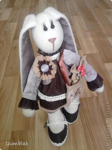 Весенняя зайцемания продолжается. Если я вам еще не надоела со своими зайцами,  встречайте –  Шоколадная  Зайка. Давно хотела сшить игрушку в таких вкусных тонах.  фото 6