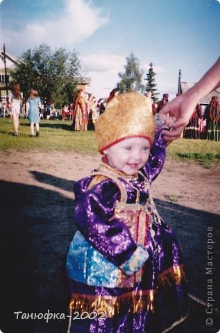 Я живу в старинном селе Усть-Цильма, которое расположено на берегу реки Печора.Наше село славится своими традициями. Каждый год 1 июня проходит детская Горка. Я расту вместе с этим праздником. И я хочу , чтобы как можно больше людей узнали о нашем празднике и полюбили его так , как люблю его я! Это фотография 2003 года. Мне нет ещё и года. Первый выход в свет! фото 1