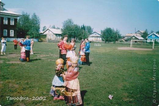 Я живу в старинном селе Усть-Цильма, которое расположено на берегу реки Печора.Наше село славится своими традициями. Каждый год 1 июня проходит детская Горка. Я расту вместе с этим праздником. И я хочу , чтобы как можно больше людей узнали о нашем празднике и полюбили его так , как люблю его я! Это фотография 2003 года. Мне нет ещё и года. Первый выход в свет! фото 7