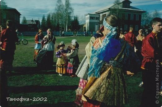 Я живу в старинном селе Усть-Цильма, которое расположено на берегу реки Печора.Наше село славится своими традициями. Каждый год 1 июня проходит детская Горка. Я расту вместе с этим праздником. И я хочу , чтобы как можно больше людей узнали о нашем празднике и полюбили его так , как люблю его я! Это фотография 2003 года. Мне нет ещё и года. Первый выход в свет! фото 5