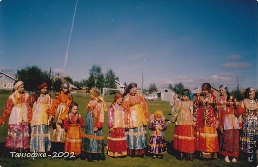 Я живу в старинном селе Усть-Цильма, которое расположено на берегу реки Печора.Наше село славится своими традициями. Каждый год 1 июня проходит детская Горка. Я расту вместе с этим праздником. И я хочу , чтобы как можно больше людей узнали о нашем празднике и полюбили его так , как люблю его я! Это фотография 2003 года. Мне нет ещё и года. Первый выход в свет! фото 3