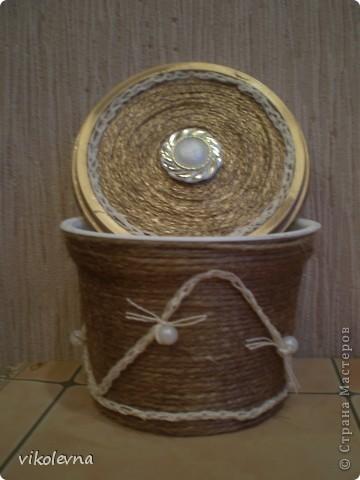 подруга попросила сделать маленькую шкатулочку,под золотишко.была маленькая баночка от сметаны,а получилась шкатулка!!!!!!!! фото 3