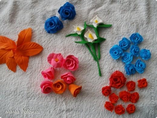 мои любимые розы и пробные каллы! лепила из пластики цветик (запекаемая) и развивашка (самозатвердевающая), заготовки для декора бутылочек. фото 1