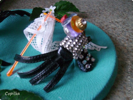 """Посмотрела великолепные фото -  http://stranamasterov.ru/node/198307  ,   http://stranamasterov.ru/node/197328  .         И тут мне в руки попались старые босоножки,а на них ТАКИЕ пряжки с перекрестьем ремней, что мне это тут же напомнило...Правильно - паучков! Вот встретились две кумушки. """" Скажи ,милая, как ты вяжешь свою чудную паутину?""""  фото 3"""